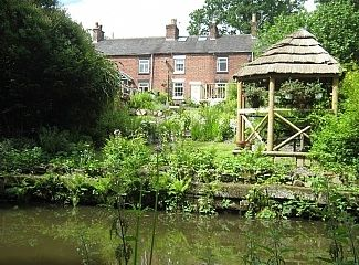 Daisy Canalside Cottage  - Cheddleton,