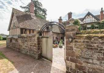 Courtyard Countryside Cottage, Heart Of England  - Meeson,