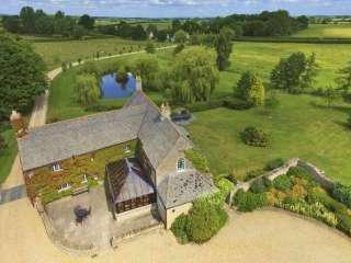 The Cotswold Manor Hall, Exclusive Hot-Tub, Games Barn, 70 acres of Parkland
