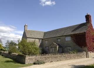 The Cotswold Manor Hall, sleeps 24 with hot-tub & games barn