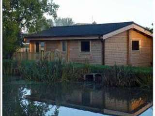 Cosy and smart timber fishing lodge with views over the lake
