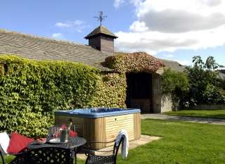 The Cotswold Manor Grange, sleeps 18 with hot-tub & games barn