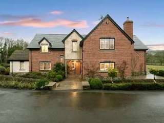 Sleeps 10+1, High Standard House with large garden and shared games room, Herefordshire,  England