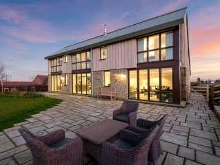 Sleeps 10, High standard, 5* Gold Award Winning House, M1 rated, ideal for all generations - Herefordshire