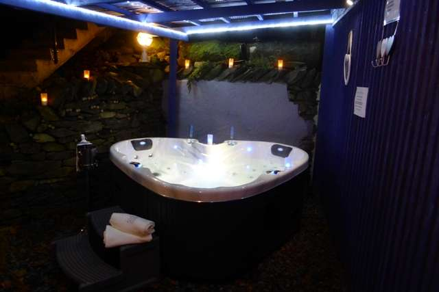 Longtail lodge bowness on windermere cumbria north for Vendo jacuzzi