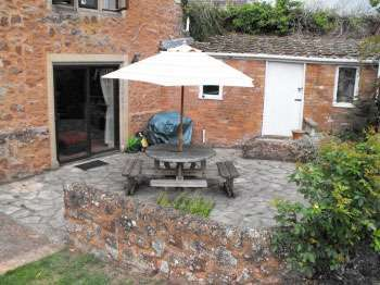 Somerset self-catering cottage - patio
