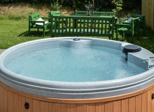 Open Air Hot Tub, Walkers Farm Cottages