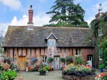 Courtyard Countryside Cottage, Heart Of England
