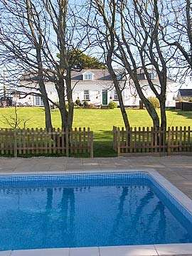 Self-catering cottage with swimming pool
