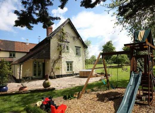 Cherry Tree Farmhouse With Children's Play Area and Hot Tub
