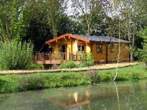 Lodge with luxurious four poster and 4 person hot tub for a romantic break