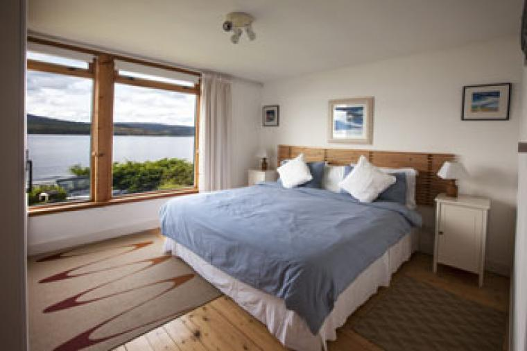 cabin overlooking a loch in scotland to rent for self-catering holidays