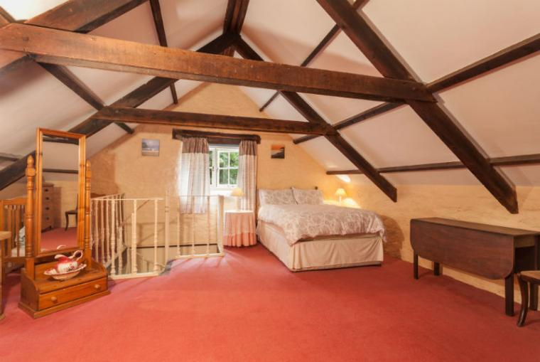 Kittitoe Lodge: Spacious double bedroom on upper floor