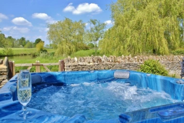 The Cotswold Manor Hall, Exclusive Hot-Tub, Games Barn, 70 acres of Parkland, Oxfordshire, Photo 2