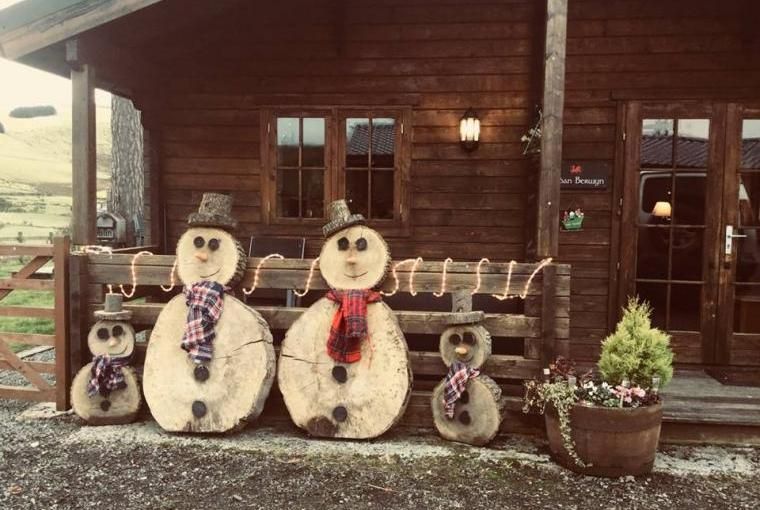 Cabin xmas deco snow man family