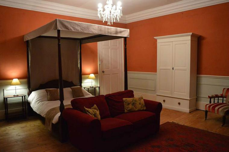 Four poster bed, option of sofa bed