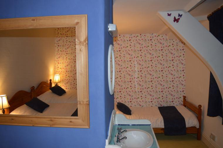 Nook with single bed in room 5