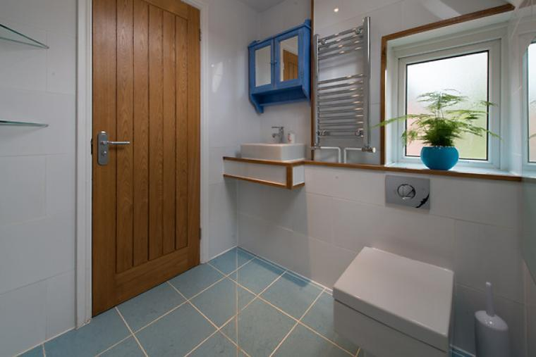 Wet room with WC and shower