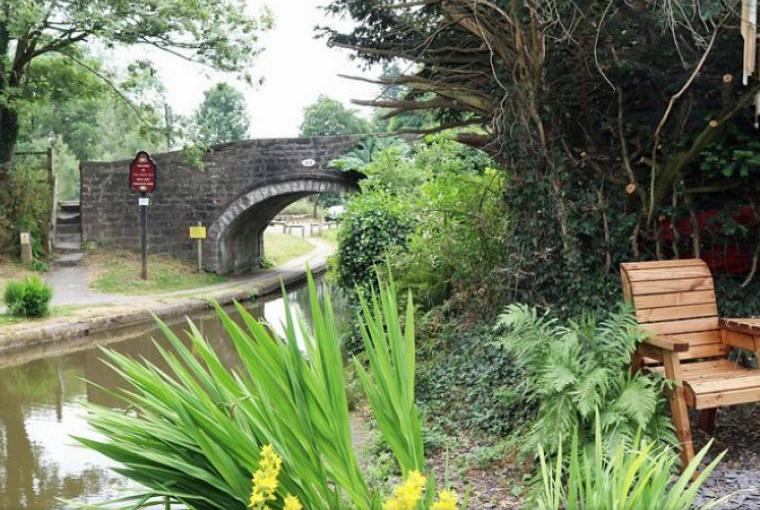 Staffordshire 2 bedroom holiday cottage by canal
