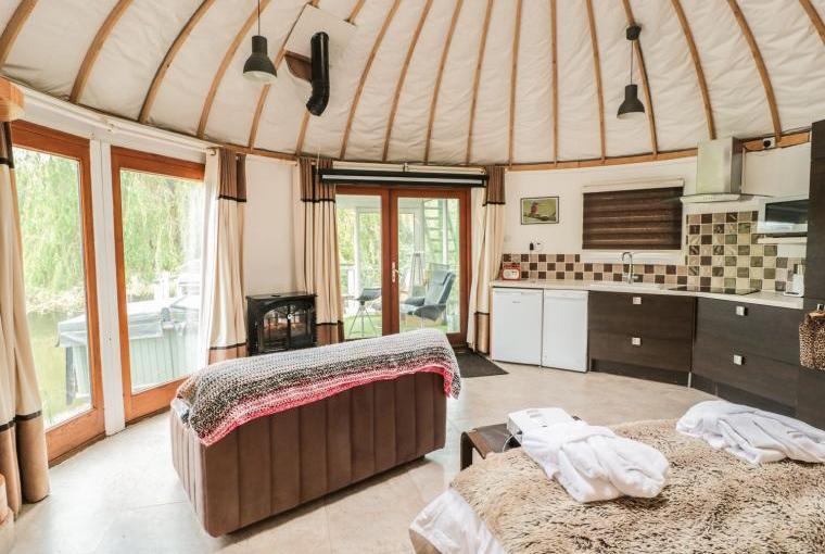 Island Yurt Glamping Holiday, Cotswolds, Cheshire, Photo 6