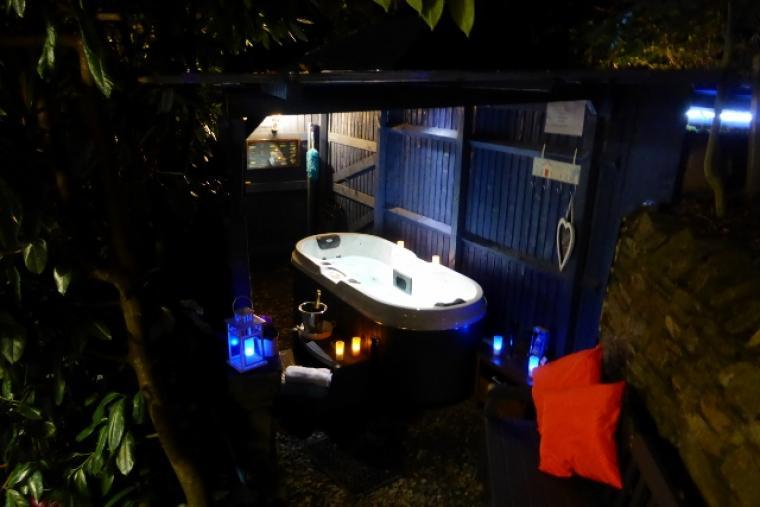 Relax & unwind in the private outdoor spa hot tub whatever the weather
