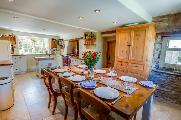 Spacious kitchen diner with dining table, stove and fitted units at Barnfield Cottage, Devon