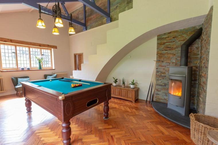 Holiday Villa Sleeping 12 in Monmouth with outdoor pool, hot tub, sauna and games room