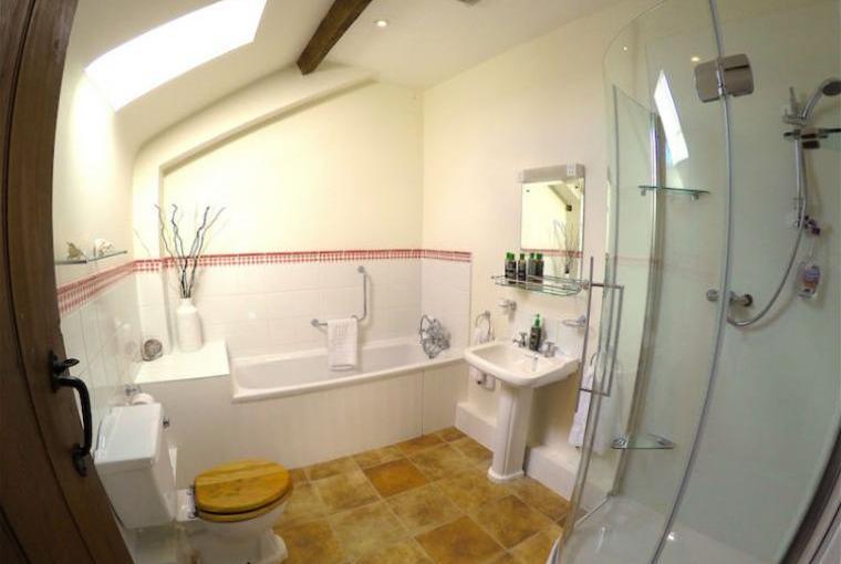 Blenheim-Cottage-Family-Bathroom
