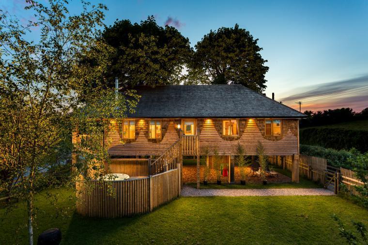 Luxury Treehouse sleeps 6 with hot tub and pool