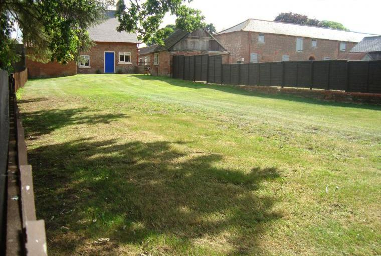 Large fenced garden ideal for children & pets to play