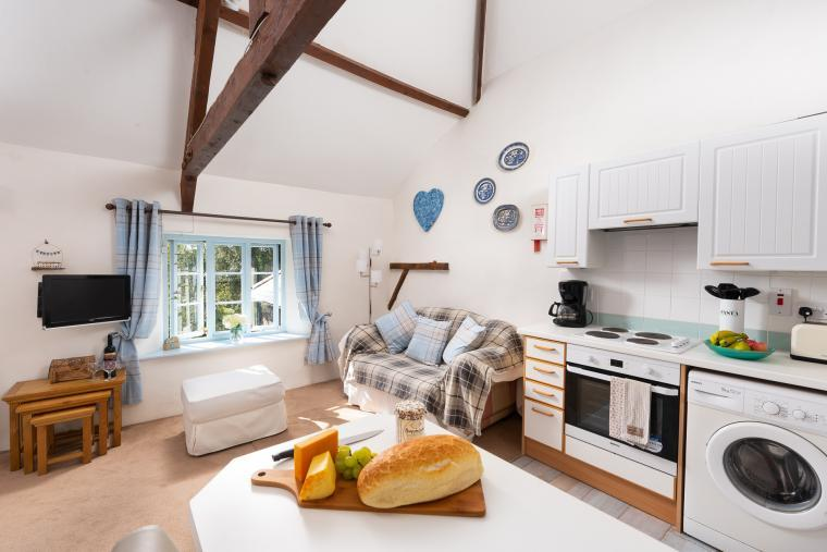 Well-equipped kitchen with breakfast bar