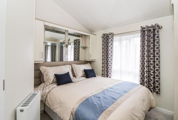Romantic bedroom, 12a Lodge