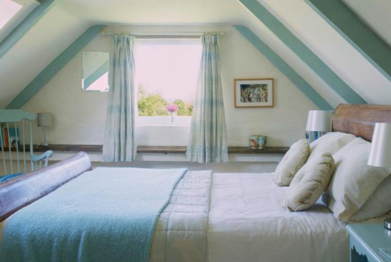 Ian's Cottage Romantic Bedroom with King-Size Bed