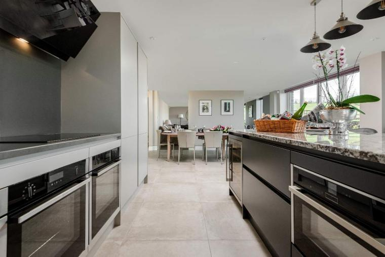 Sleeps 10, High standard, 5* Gold Award Winning House, M1 rated, ideal for all generations, Herefordshire, Photo 3