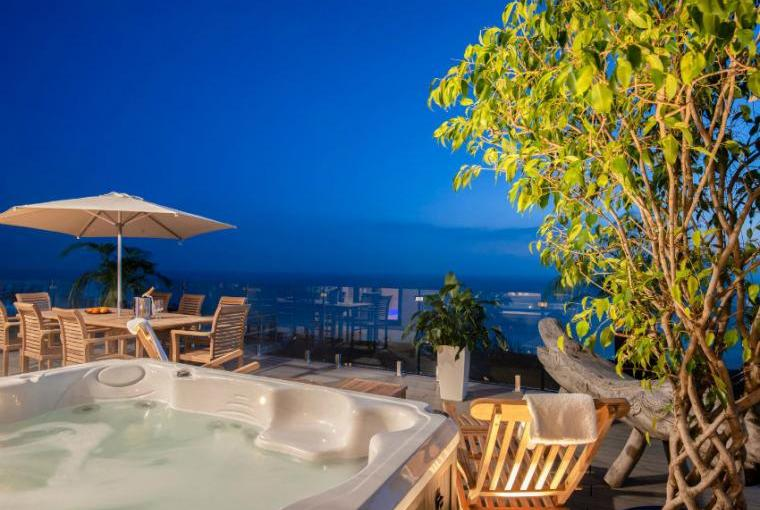 Outdoor hot tub, Cliffhanger House