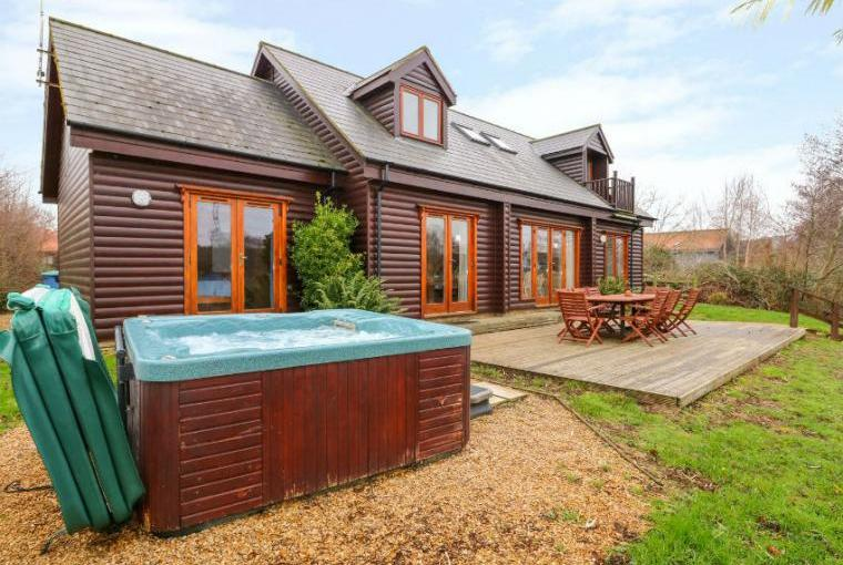 Waters Reach, 5 Bedroom Holiday Lodge with Lake Views and Hot Tub in Norfolk