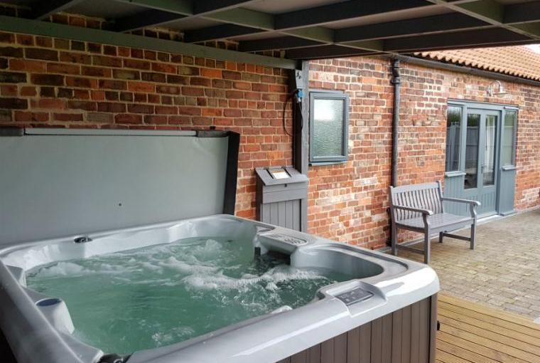 Oak Cottage Warm Bubbly Hot Tub