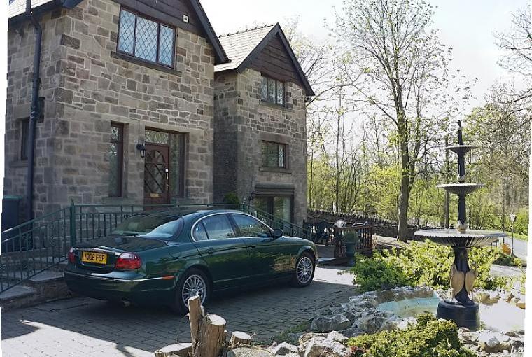 Derbyshire Peak District party house front drive