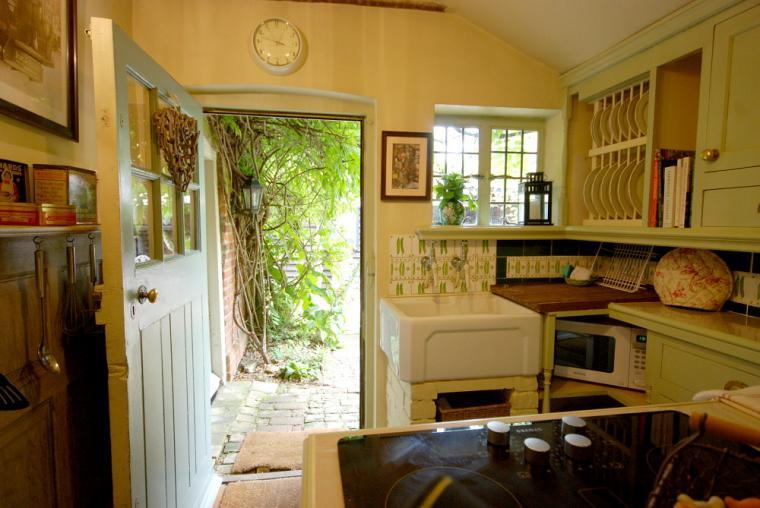 romantic self-catering cottage near london