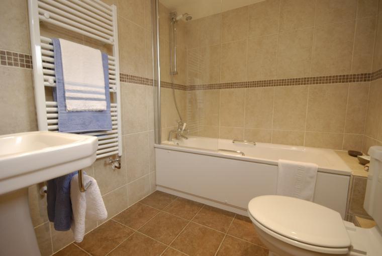 Lodge en-suite bathroom