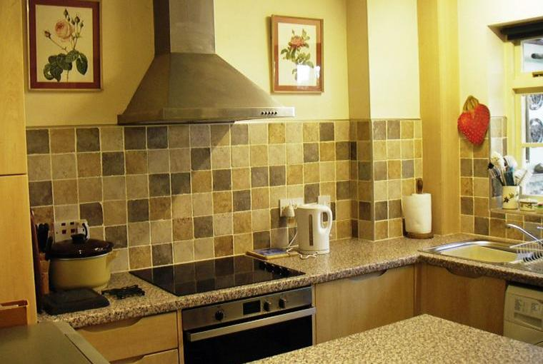 Kitchen with hob and breakfast bar