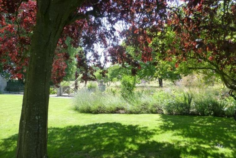 Enjoy dinner al fresco in the glorious grounds of Cossington Park