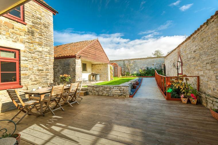 Cossington Park Cottage deck and garden