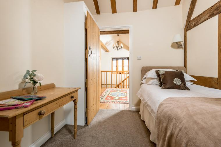 Sleeps 7+1, Cosy, Beautiful 5* Gold, Cottage in amazing rural location with Free WiFi, shared Games room , Herefordshire, Photo 10