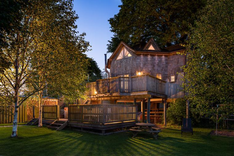 Luxury Quirky Romantic Treehouse with hot tub and pool