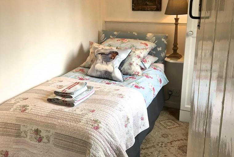 Pretty single bedroom looking out to beautiful Cotswold gardens