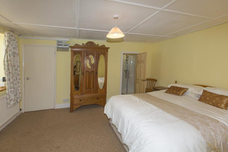 Ground floor King Size bedroom with en suite shower room
