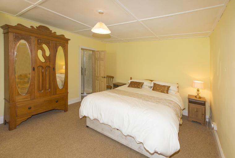 Ground floor king size bedroom with en suite