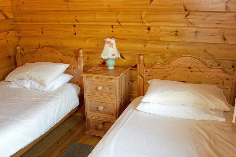 Pinetree Lodge Twin Bedroom